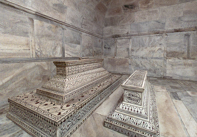 640px-Tombs-in-crypt