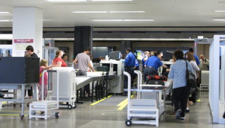 В мире: Новые сканирующие устройства в аэропорту смогут распознавать жидкости и ноутбуки