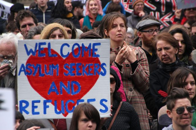 люди приветствуют беженцев