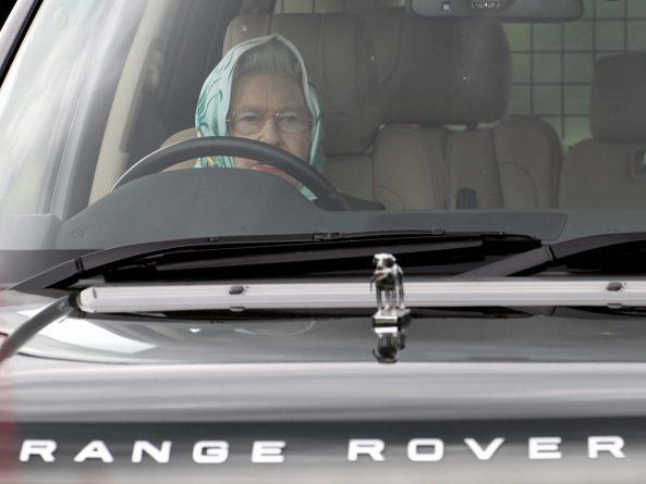 Знаменитости: Королева провела день за рулем во время поездки в поместье Балморал с герцогиней Кембриджской