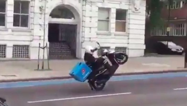 Юмор: Курьер пиццы Домино упал вместе со скутером