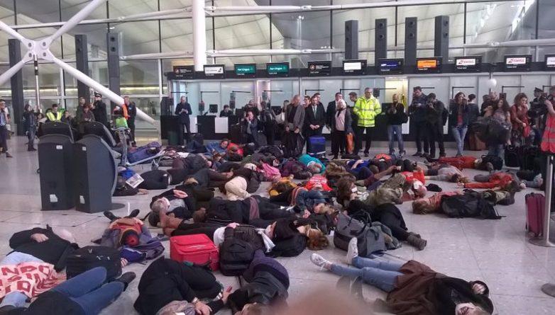 Общество: Акция протеста в Хитроу