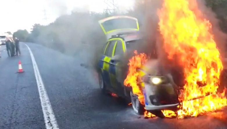 горит полицейская машина