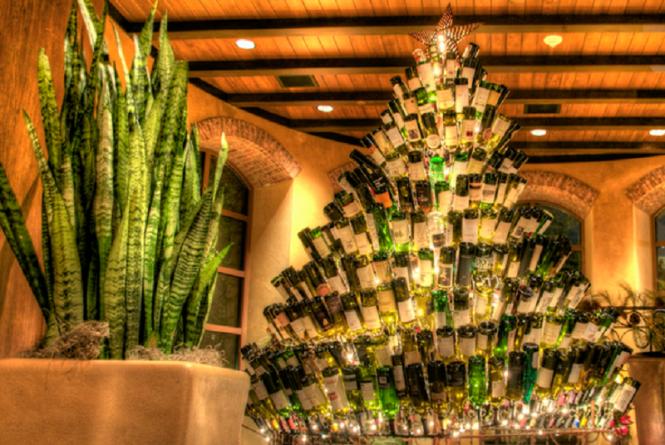 рождественская елка из винных бутылок