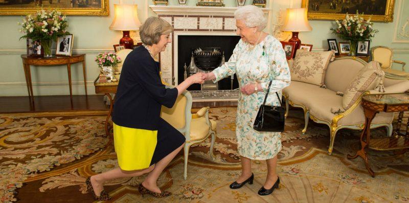 Политика: Королева разочарована нежеланием Терезы Мэй раскрыть свои планы по Brexit