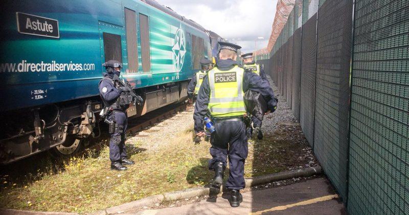 """Закон и право: Транспортную полицию Великобритании обвиняют в """"дискриминации"""" белых мужчин"""