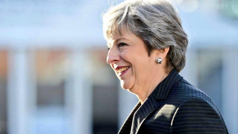 Политика: Большинство британцев не готовы отправить Терезу Мэй в отставку