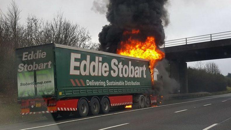 Происшествия: На британском шоссе загорелся грузовик с пивом