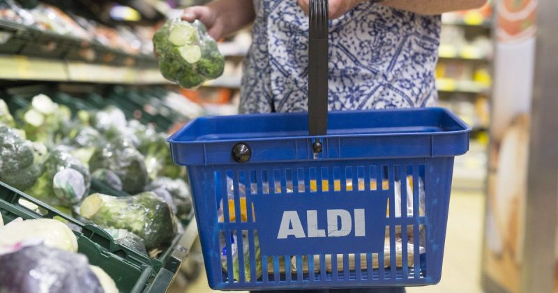 Общество: В канун Рождества Aldi отдает лишние продукты благотворительным организациям