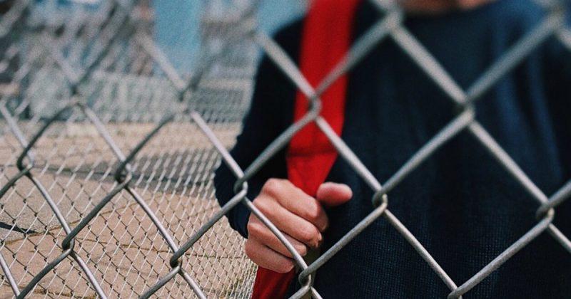 Общество: Школа как тюрьма: сумки учеников проверяют на наличие фаст-фуда