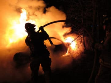 пожарный тушит пожар