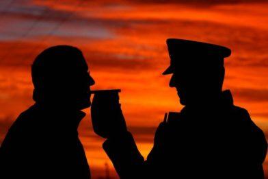 полицейский измеряет уровень алкоголя