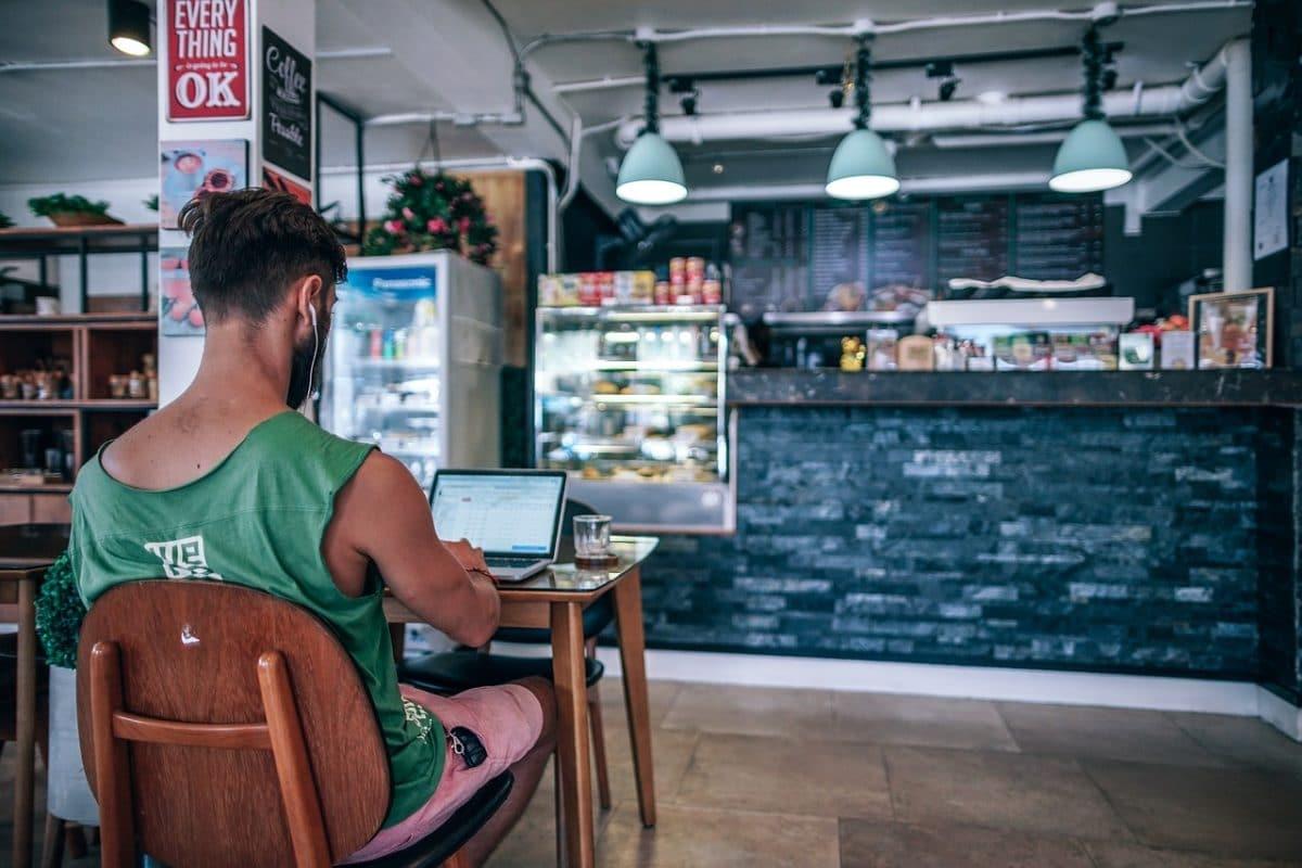 мужчина в баре с ноутбуком