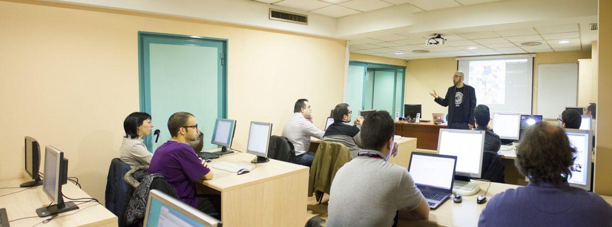 студенты и преподаватель в классе