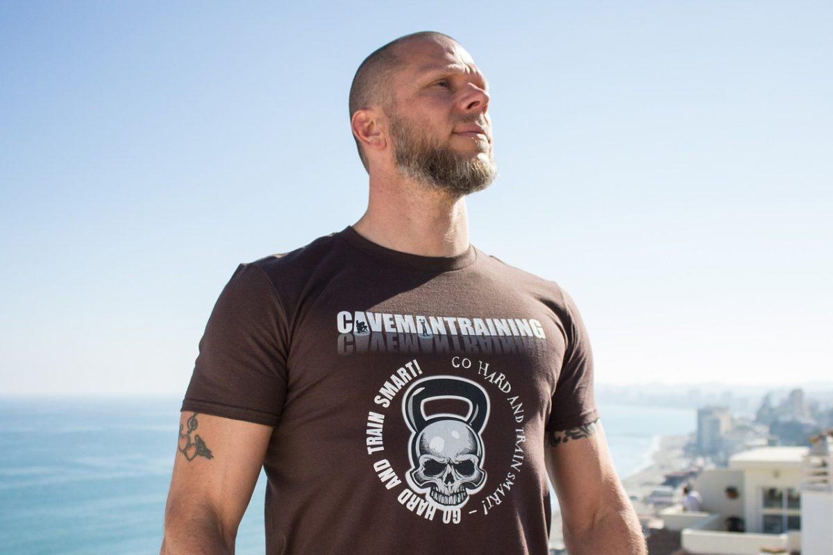 мужчина в футболке с логотипом