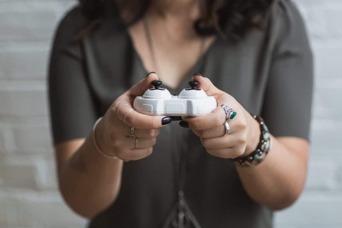 женщина играет в видеоигру
