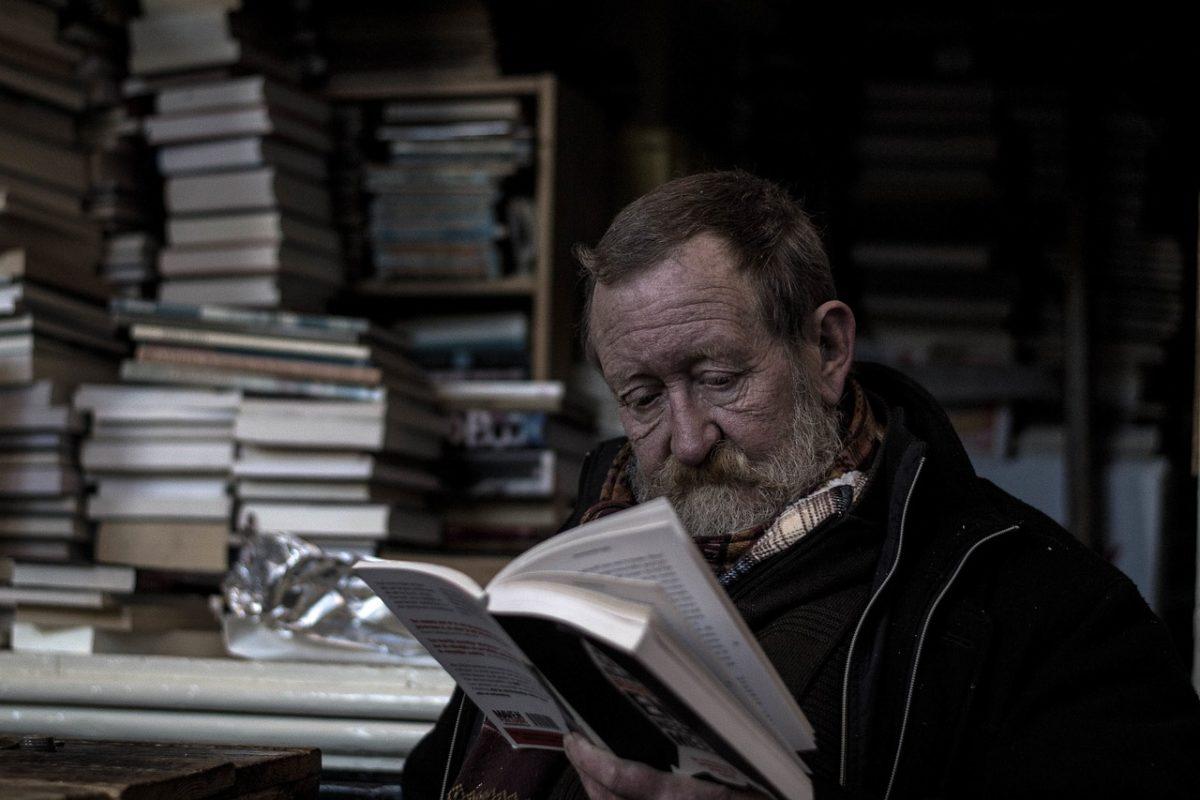 пожилой человек с книгой