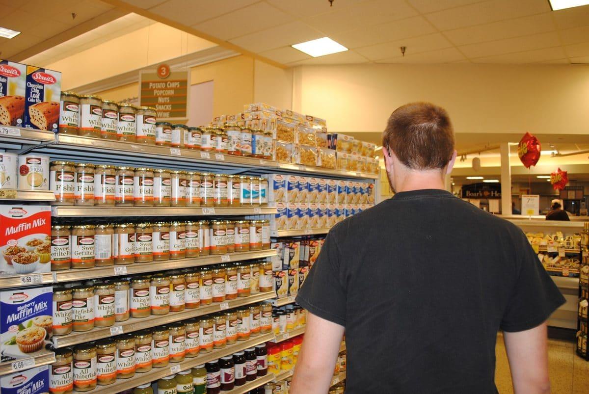 мужчина в супермаркете