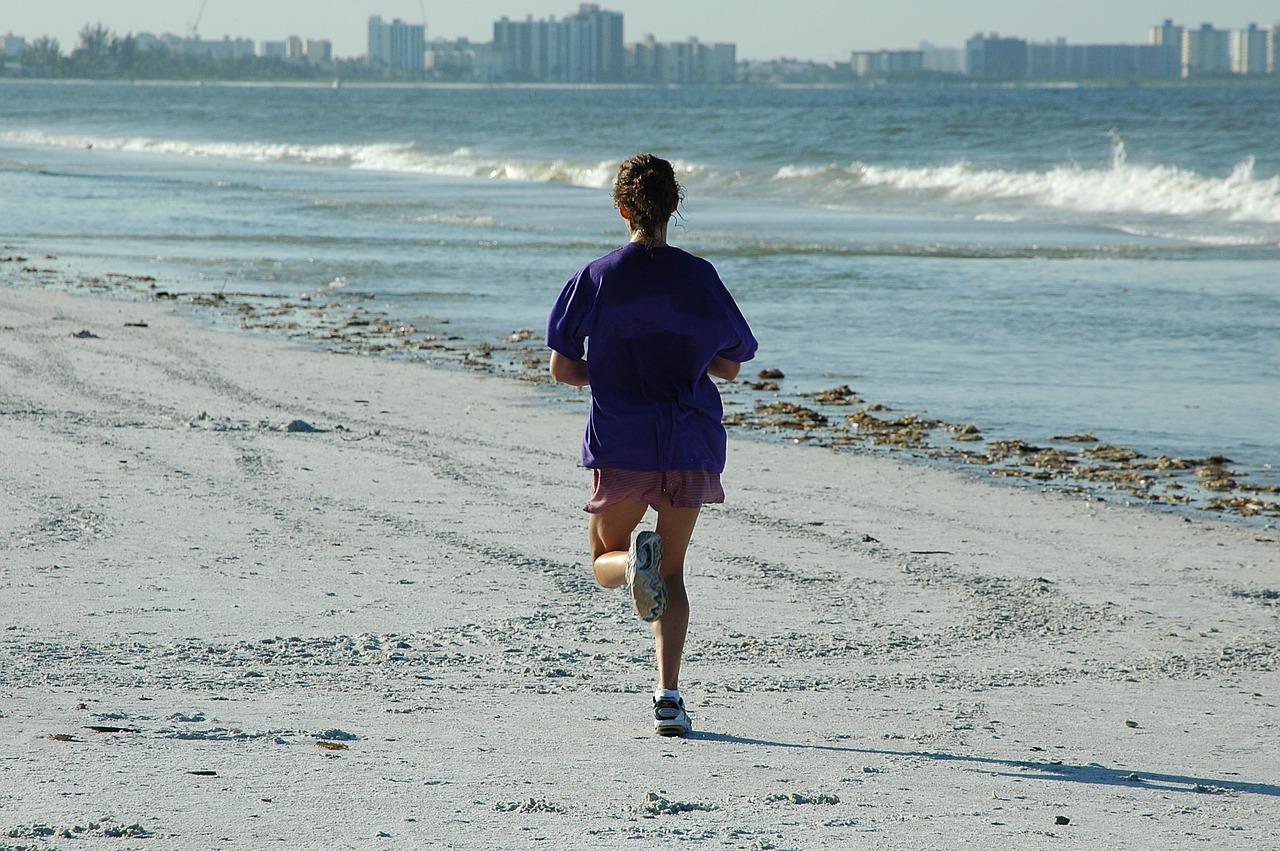 бегущая женщина на пляже