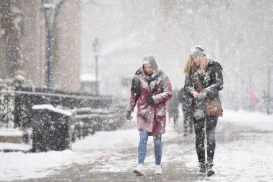 две девушки в снегу