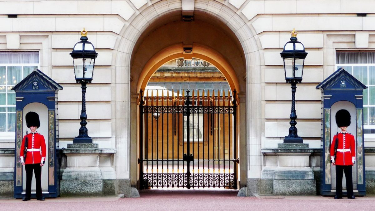 пост при входе в Букингемский дворец