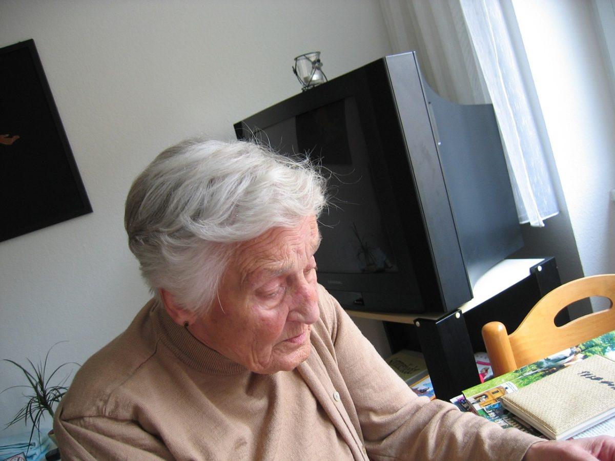 старая женщина за столом