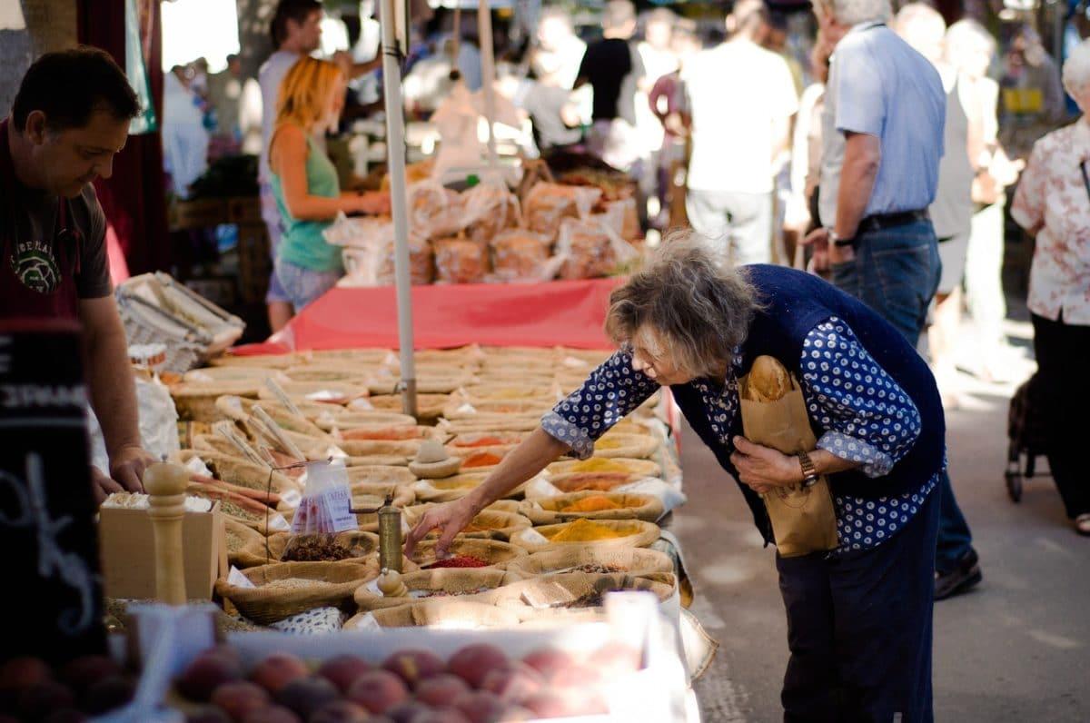 старая женщина на рынке