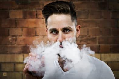 парень выпускает дым через ноздри