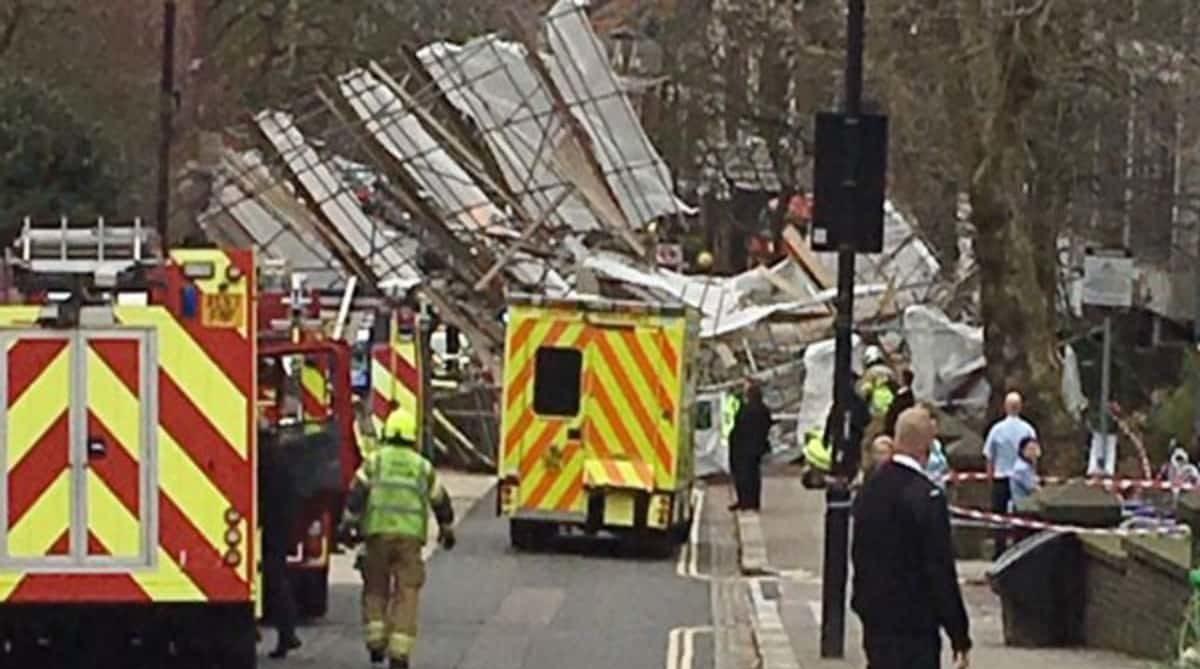 В Лондоне возле больницы Royal Free Hospital обрушились строительные леса. Работают экстренные службы