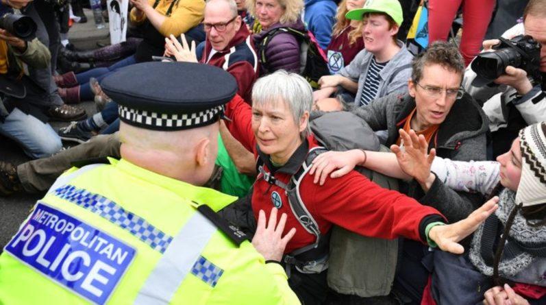 Общество: Около 300 протестующих, заблокировавших движение в центре Лондона, были арестованы