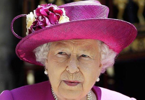 Общество: Елизавета II подшутила над внешним видом внука (фото)