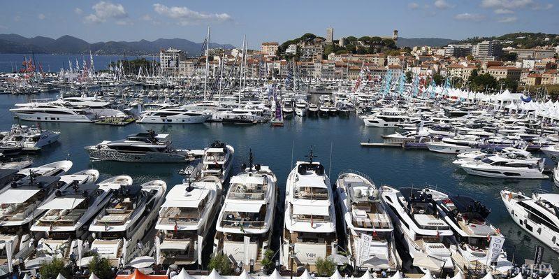Общество: Яхта из Монако протаранила судно на якоре у берегов Канн