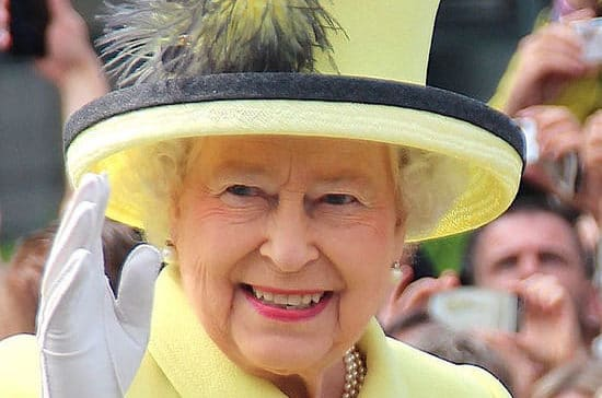 В мире: Елизавета II три недели училась носить корону