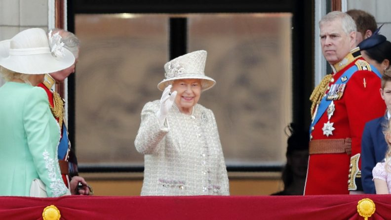 Общество: Королева Великобритании по-русски поздравила россиян с праздником