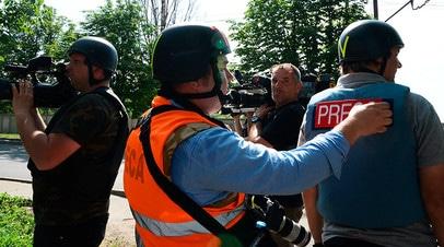 Журналисты недалеко от международного аэропорта Донецка, где произошло вооруженное столкновение. 2014 год