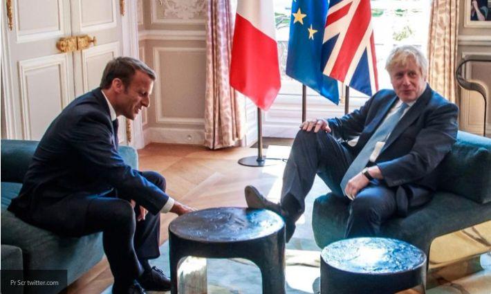 Премьер-министр Британии Борис Джонсон закинул ногу на стол в ходе встречи с Макроном