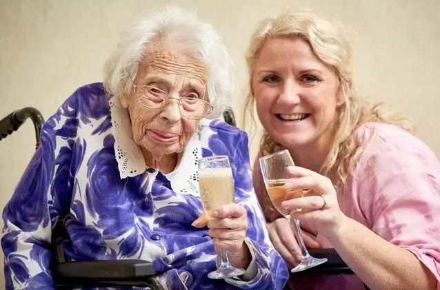 Общество: Секрет долголетия 108-летней женщины - в шампанском