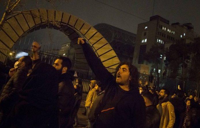 Общество: Протестующие снова собираются у Тегеранского университета