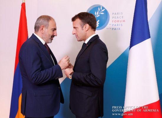 Общество: Макрон подсказал французским армянам, как помогать Карабаху
