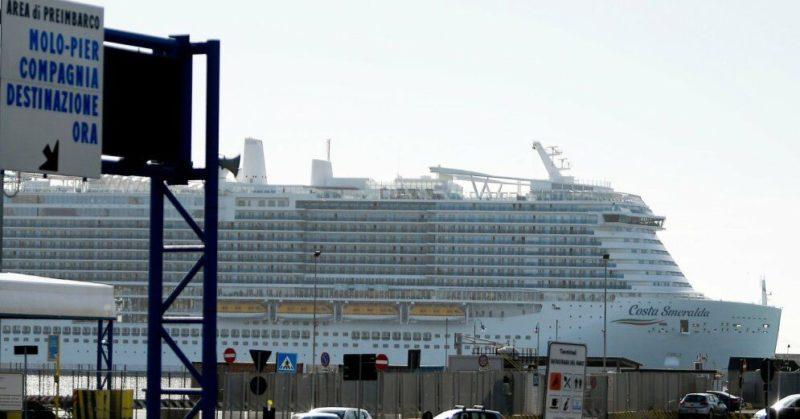 Общество: Шесть тысяч пассажиров застряли на круизном лайнере из-за подозрений на наличие коронавируса