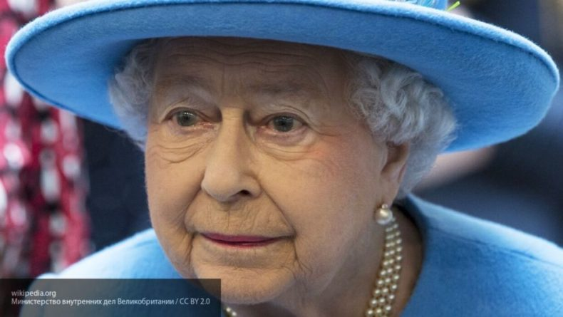 Общество: Елизавета II спряталась от туристов за километровым бордюром