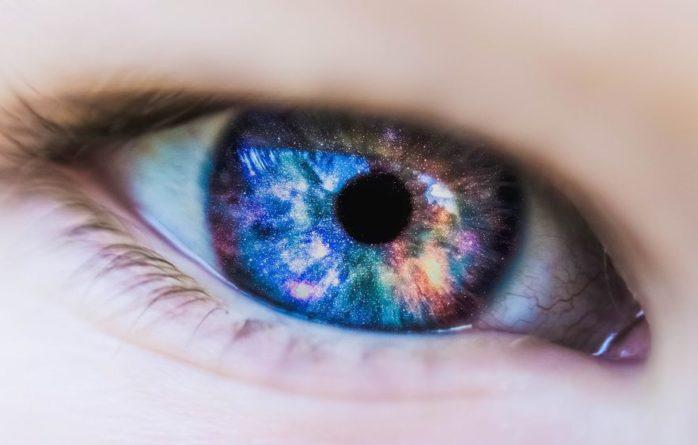 Общество: В Великобритании создали фонарик, улучшающий зрение за 3 минуты в день