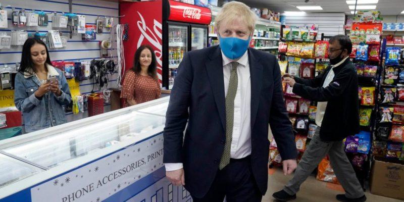 Общество: Борис Джонсон впервые надел маску и призвал усилить масочный режим