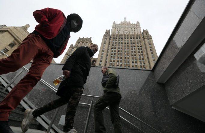 Общество: МИД России направил США и Британии ноты протеста из-за ЛГБТ-флагов на зданиях посольств