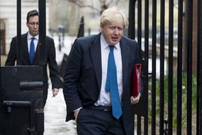 """Общество: """"Нужно притормозить"""": Джонсон заявил, что смягчать карантин не будут и извинился перед британцами"""