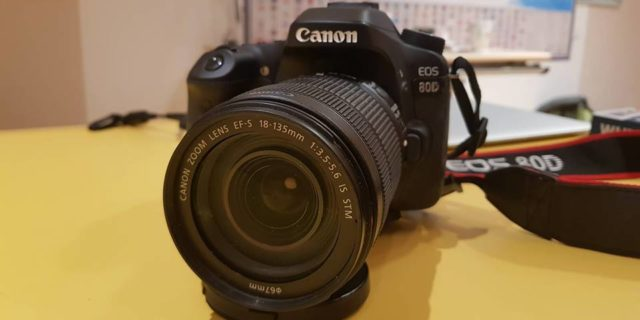 Canon 80D body + efs 18-135 mm + flashcard 64 GB
